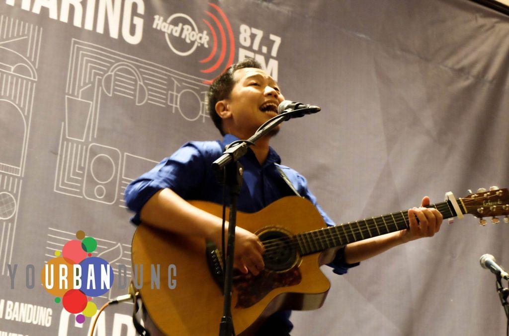 Sandhy Sondoro di atas panggung